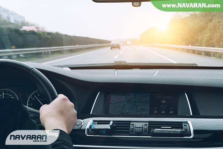 تصویر رانندگی در خودرو حاوی کروز کنترل